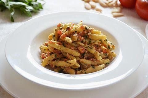Il pesto alla trapanese è un condimento di origine siciliana a base di pomodori, mandorle, basilico e aglio. Il pesto alla trapanese è ideale per condire la pasta da gustare sia calda che fredda.