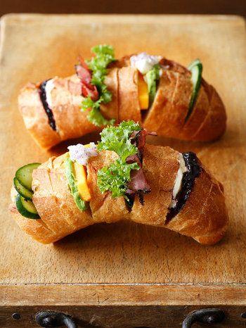 バゲットの長さを使った大胆なアイディアです。 切れ目を入れたらお気に入りの具をはさんで、ボリューム満点サンドイッチの出来上がり♪ ちぎりながら食べましょう。
