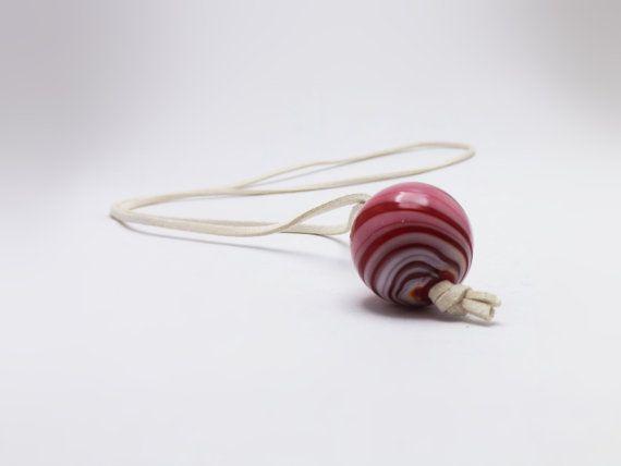 pendente con perla in vetro soffiato rosso e avorio e soffice cordino piatto color avorio by amabito #italiasmartteam #etsy