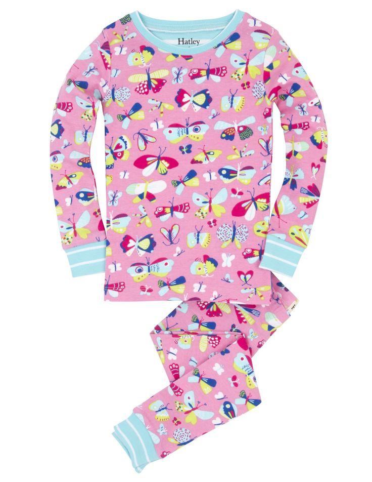 Meisjes pyjama Pretty Butterflies van het kinderkleding merk Hatley  Dit is een roze meisjes kinderpyjama uit 2 delen, de pyjama is afgewerkt met een licht blauwe rand en heeft een all over print van verschillende kleuren vlinders