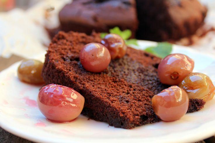 Este bizcocho de chocolate y vino, es muy fácil de hacer y es toda una delicia para tomar sólo o bien como base para una tarta. Una receta del blog Velocidad Cuchara