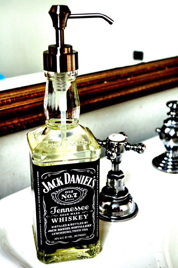 Que tal usar uma garrafa de bebida como display de sabonete líquido? | 17 formas de melhorar seu banheiro sem precisar de reformas