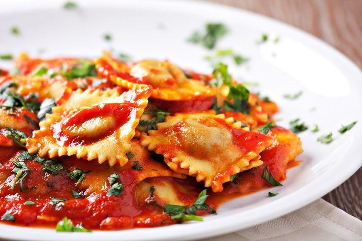 Aprenda a preparar a receita de Ravioli ao molho de tomate e ervilha
