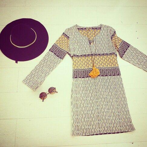 Abitino 70' style da abbinare ad uno stivale color coccio ed un maxi gilet in eco-compatibili pelliccia @queguapa.