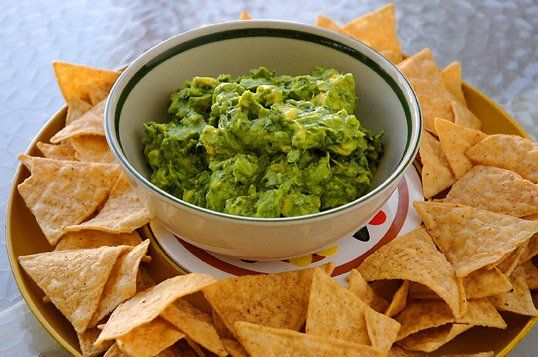Incearca acum o reteta noua de guacamole pe care sa o savurezi cu delicioase chipsuri tortilla. Afla de aici reteta pentru guacamole!