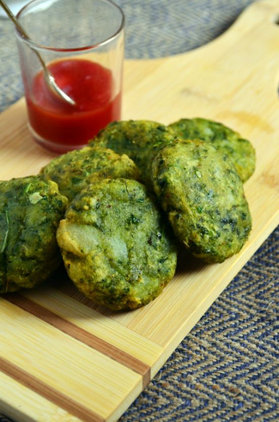 Healthy snack ideas: Hara bhara kaba, cutlets with spinach,peas and potatoes!  Recipe @ http://cookclickndevour.com/hara-bhara-kabab-recipe  #cookclickndevour #recipeoftheday #easyrecipes