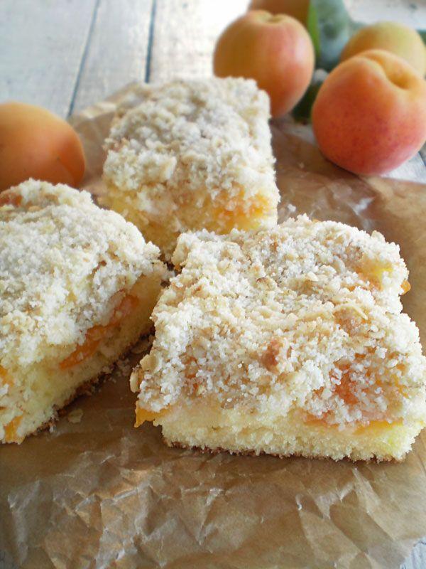 O prajitura pufoasa cu caise . Se pot folosi si alte fructe . Aluatul folosit este unul din cele mai bune .