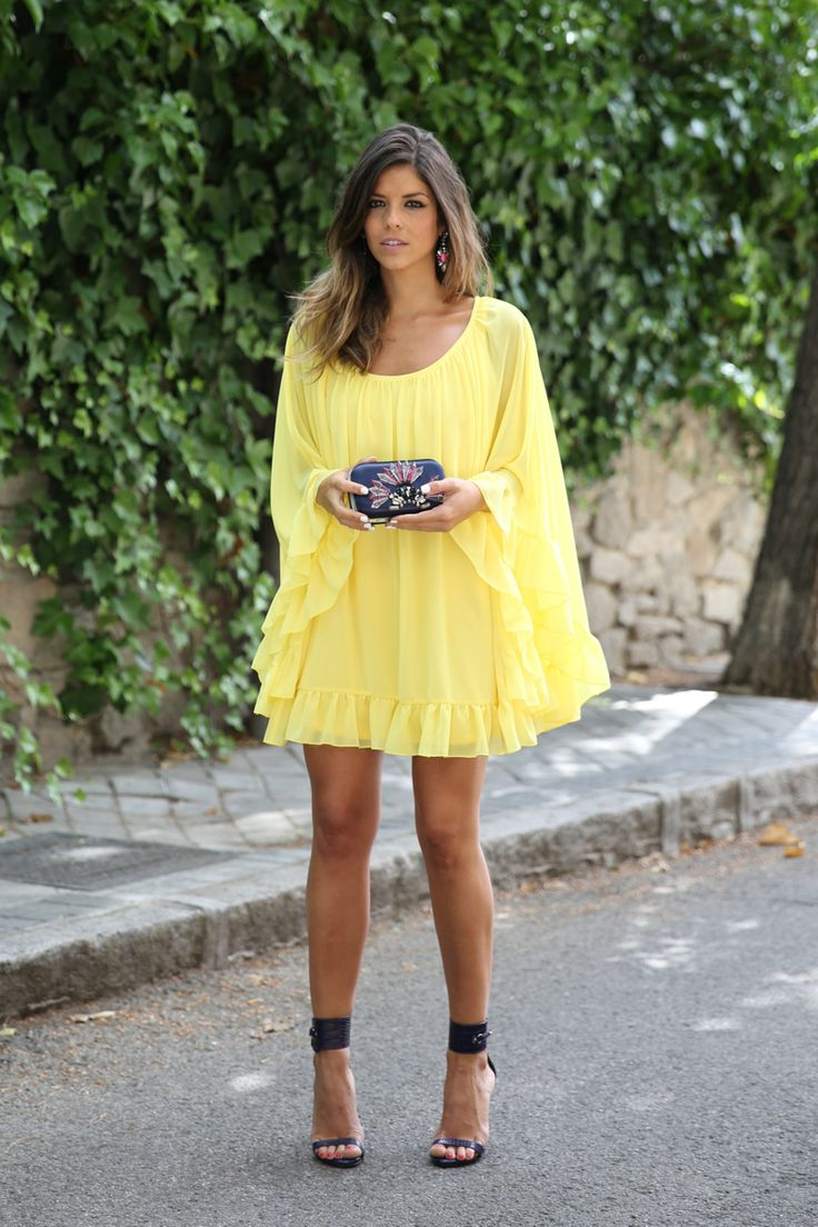 trendy_taste-look-outfit-street_style-ootd-blogger-blog-fashion_spain-moda_españa-yellow_dress-vestido_amarillo-boda-wedding-evento-clutch_pedreria-mas34-sandalias_azules-blue_sandals-7