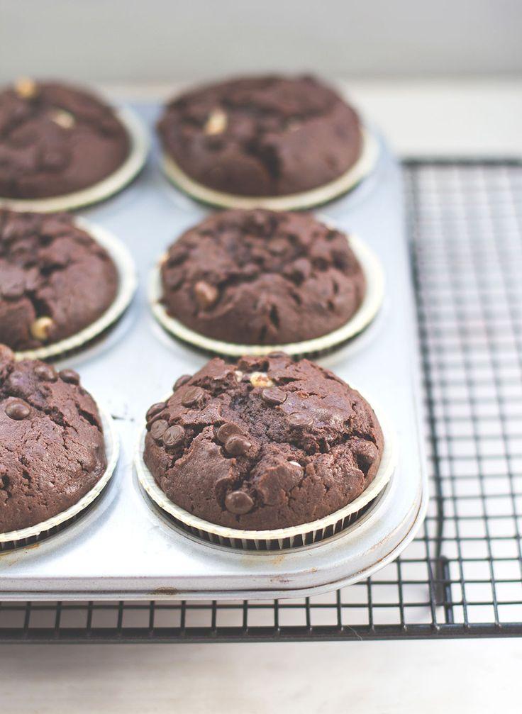 leckere, saftige und ganz klassische Schoko-Muffins mit extra viel Schokolade und Kakao-Rührteig mit Öl und saurer Sahne - http://www.moeyskitchen.com/2016/08/schoko-muffins.html