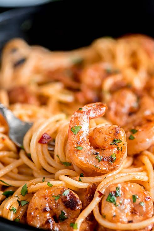Bang Bang Shrimp Pasta mit Nudeln, Butter, Garnelen, Knoblauch, Paprika, Pfeffer, Sa …   – kochen