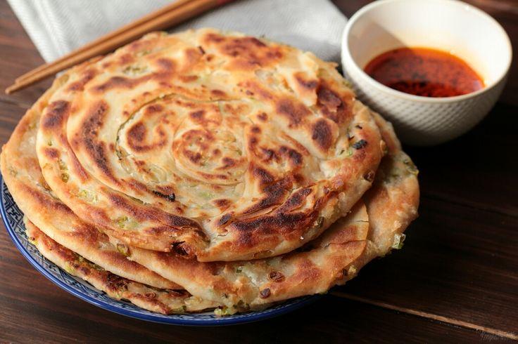 The English version of the flakey spring onion pancake recipe is beneath the Hungarian post. Folytatom ázsiai körutazásom, ezúttal ismét …