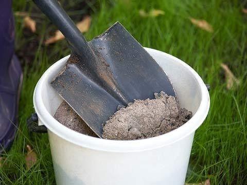 Применение золы на даче -=======================1. Зола питает растения Азота в ней нет, но содержится до 30 элементов: калий, кальций, магний, железо, кремний, фосфор, сера, бор, марганец и др. Зола может заменить фосфорно-калийное удобрение. При этом в древесной золе и в золе, полученной от сжигания соломы, содержится разное количество элементов. В 100 г древесной золы (1 стакан объёмом 200 гр) содержится 3 г фосфора, 8 г калия, 25 г кальция. Зола соломы содержит больше питательных ве...