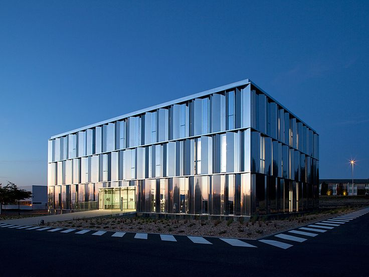Head office of Fiteco – At nightfall - picture ©Cécile Septet - Visit our website : www.cfa-arch.com #glass #steel #MirrorPolishedStainlessSteel #office #laval #architecture