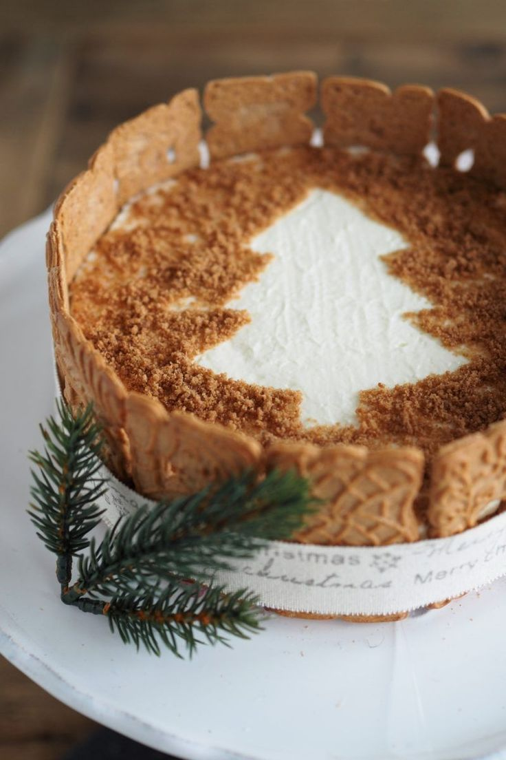 Eine wahnsinnig leckere und dekorative Spekulatiustorte mit Himbeeren kommt auf eurer weihnachtlichen Kaffeetafel mit Sicherheit gut an!