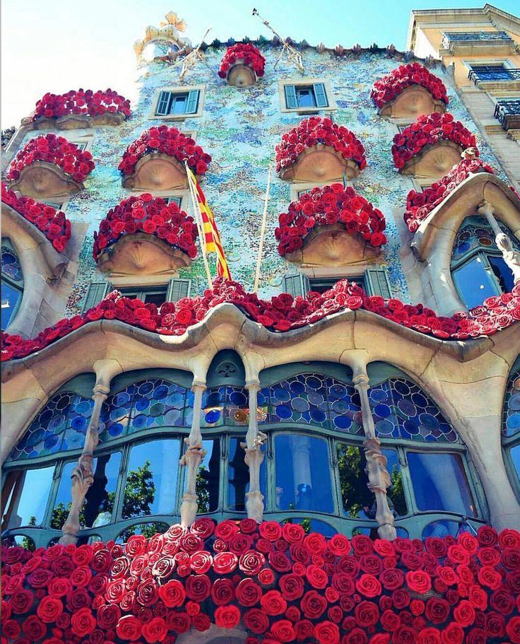 Gaudí - Casa Batló con flores en los balcones
