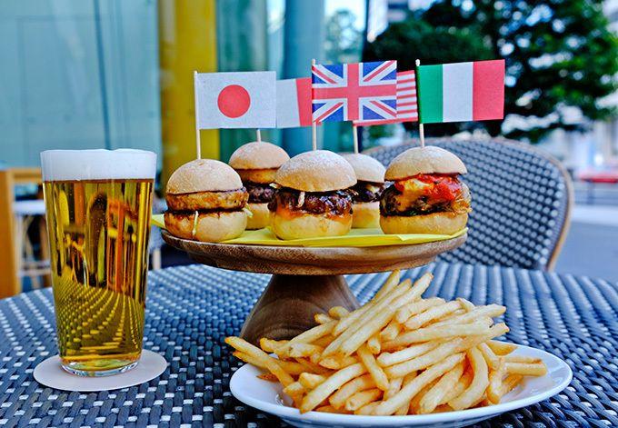 アンダーズ 東京の「カフェ&バー ビブ」では、5ヶ国の味を楽しめるミニハンバーガーセット「イッツ ア スモール ワールド!」が登場。2014年のオープン時より、世界各国の料理をバーガースタイル...