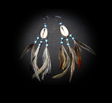 oorbellen gemaakt van cypraea schelpen en veertjes