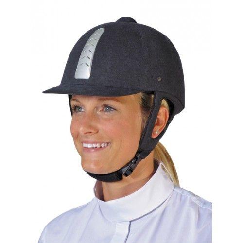 Mooie cap in klassiek design, door de zachte voering en ventilatie gaatjes zit deze cap erg prettig. De binnen voering is verwisselbaar, en daardoor goed te reinigen. De stootdempende buitenkant, stevig gebogen klep, driepunts veiligheids sluiting, kinriem systeem, nekbescherming en de stevige gespen zorgen ervoor dat deze cap voldoet aan de laatste Europese EN-1384 norm. De cap wordt geleverd in een handige stoffen tas.