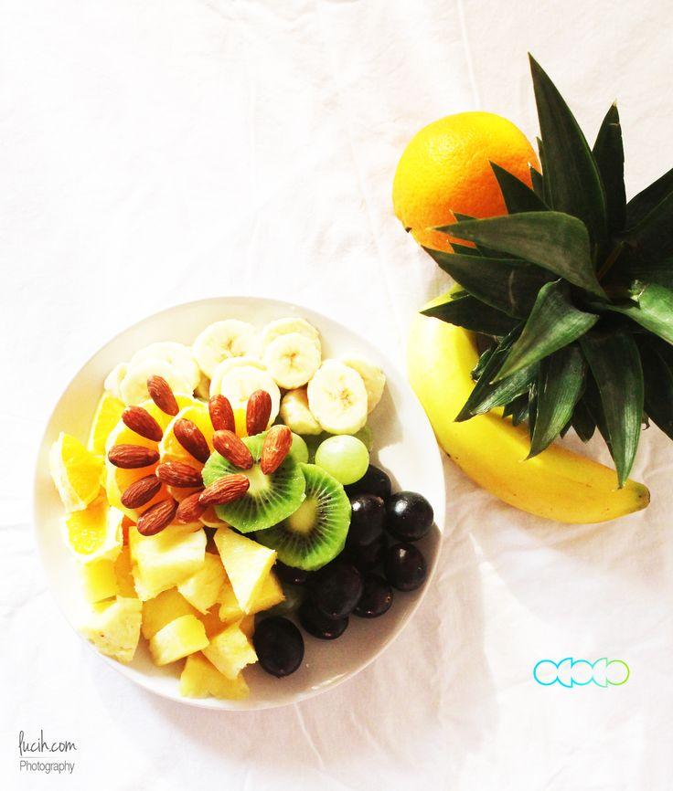 Fruits for an energy booster. Kiwi, ananas, arancione, uva, e mandorle