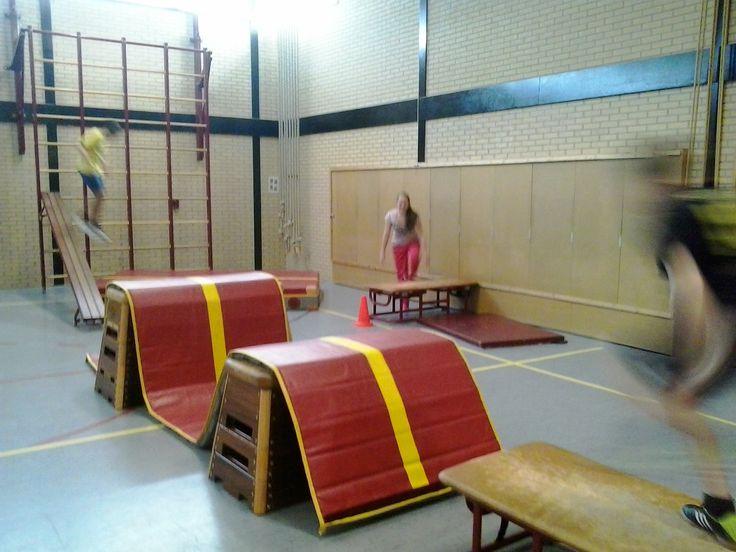 freerunning: kastkop, matten, bank, klimrek,springen op mat, 'lopen' tegen de muur.