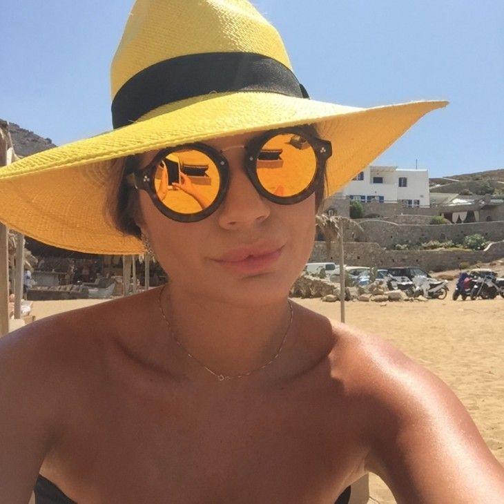 597d25e8e0823 óculos-sol-2015-2016-espelhado-dourado-tartaruga-thassia-naves-chapéu-palha    Acessórios   Pinterest   Óculos, Oculos de sol e Verão