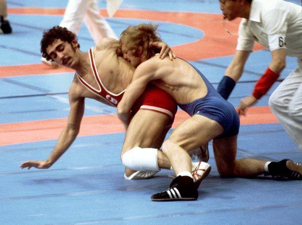 Howard Stupp du Canada (rouge) participe en lutte à la lutte aux Jeux olympiques de Montréal de 1976. (Photo PC/AOC)