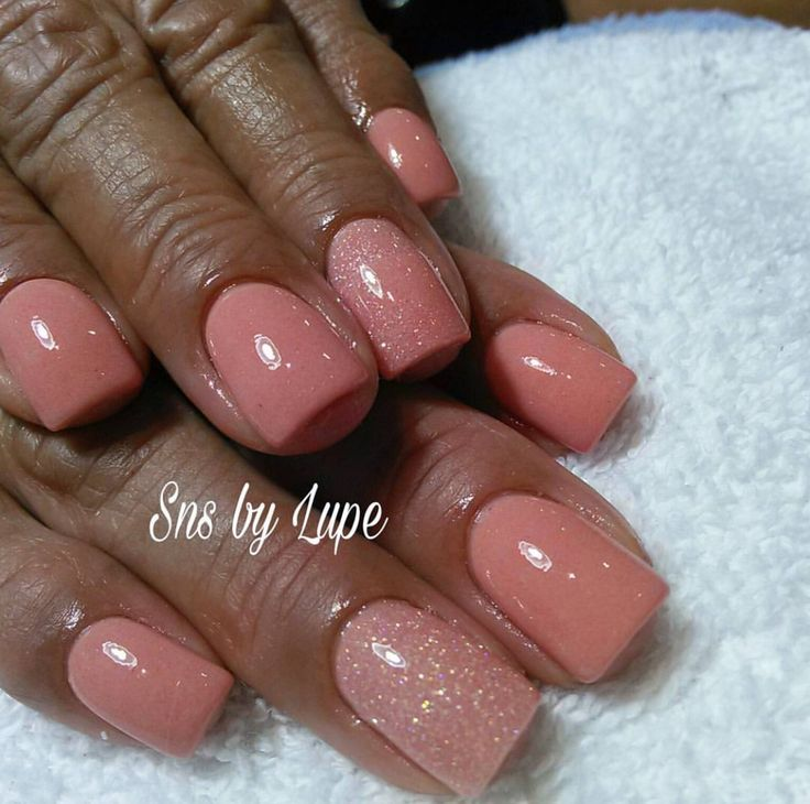SNS nails (dipping powder nails) .