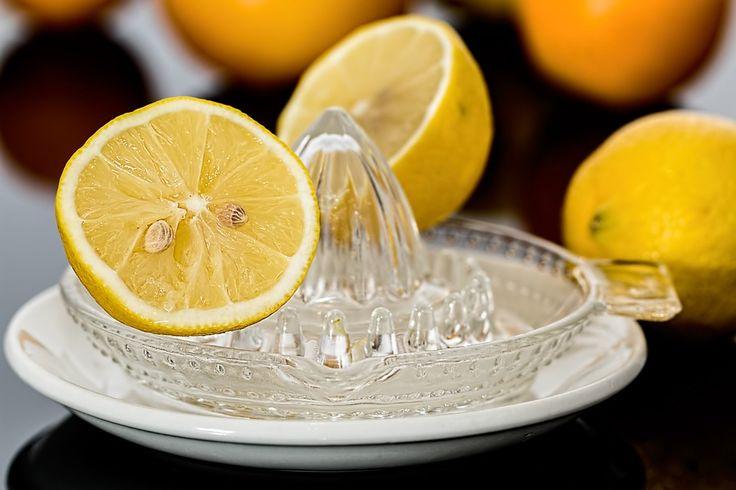 Eau au citron: Les citrons contiennent de nombreuses substances, en particulier de l'acide citrique, du calcium, du magnésium, de la vitamine C,