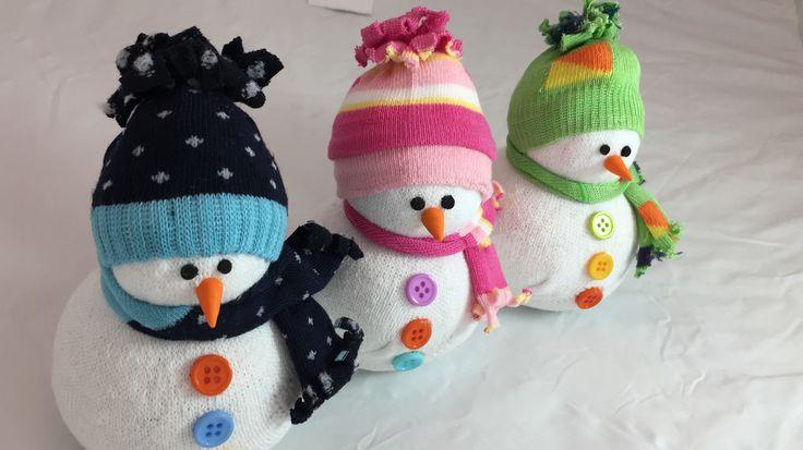 Pupazzo di neve eseguito con calzini. Per informazioni scrivere a: Duefioricreazioni@gmail.com