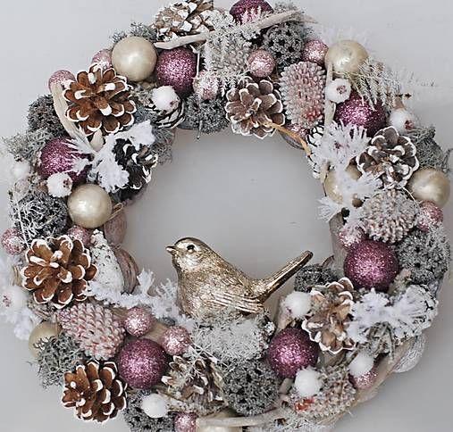 Věneček je lepený z přírodních materiálů , doplněný sušinou, vánočními přízdobami a baňkami.Průměr cca 26cm. Vydrží i několik sezon. na přání vyrobíme i adventní věnec