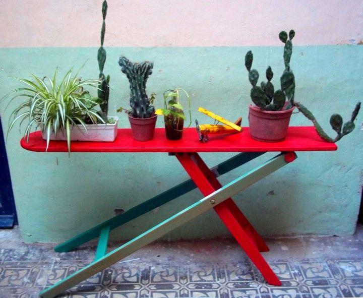 Antiguas tablas de planchar recicladas y modernizadas para decorar.