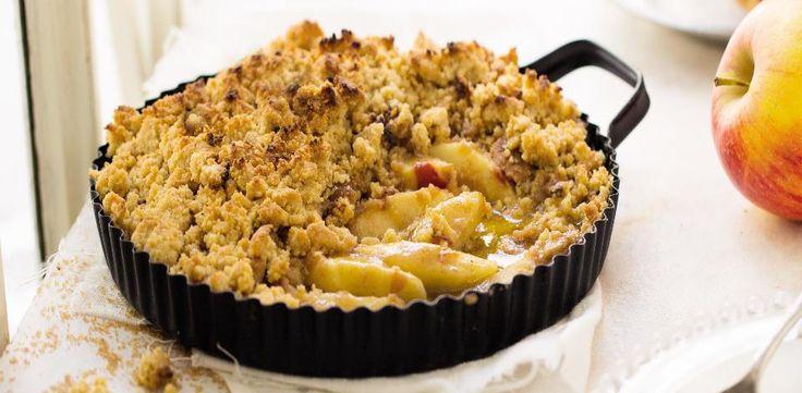 Troubu předehřejte na 190 °C. Nakrájená jablka dejte do velké mísy a dobře je promíchejte se skořicí a amarettem. Vsypte je do vymazané dortové formy...