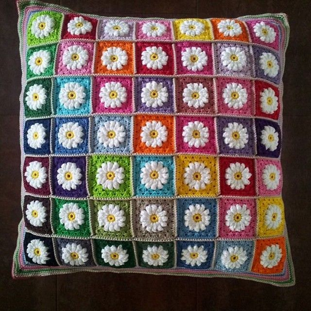 """Denna helt otroligt vackra kudde har Anita Hedman virkat med """"mina"""" prästkragerutor!  Mönster på prästkragarna: http://bautawitch.se/2014/01/26/diy-mormorsrutor-med-prastkragardaisy-squares/ #virka #virkning #crochet"""
