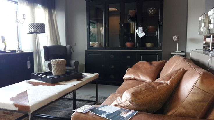 Prachtige vitrine kast, 1.045,00 euro!!  #interior #interieur #room #sofa #vitrinekast #kast #meubelsenmeer #meubels #meubulair #meubelen #livingroom #woonkamer #showroom
