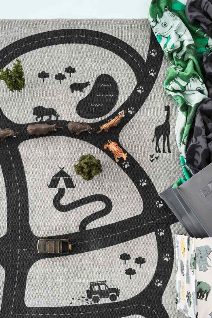 Katoenen tapijt met motief: Een katoenen tapijt met een geprint motief op de voorkant en een antisliplaag op de achterkant.