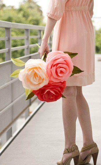 Гигантские розы из креповой бумаги. - Цветы из ткани и бумаги