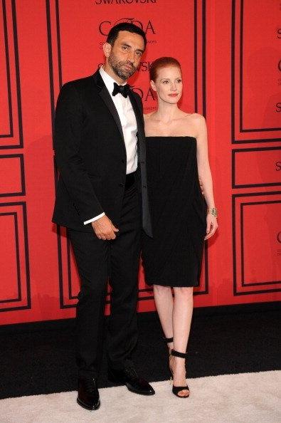 El diseñador Ricardo Tisci recibió el Premio Internacional de las manos de la actriz Jessica Chastain, por su gran contribución a la moda mundial.