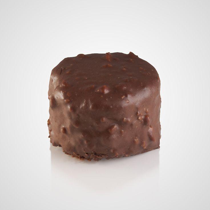 Πάστα με μους λευκής σοκολάτας και κομμάτια μαυροκέρασο με επικάλυψη τριμμένη σοκολάτα υγείας, κομμάτια μαυροκέρασο, τριμμένο φυστίκι και άχνη ζάχαρη