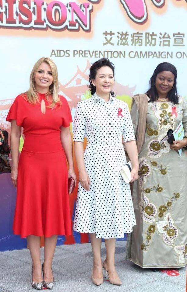 Angélica Rivera 'opaca' de rojo a primeras damas en China