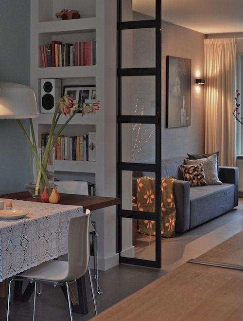 Ruimte verdelen dmv boekenkast - (let op niet de glazen deur!)