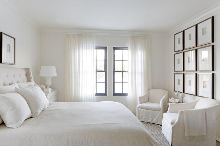 idea para habitacion invitados: paredes y cortinas blancas y unos cuadros con marcos negros en la pared de enfrente