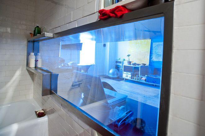 Маленькая квартирка в НЙ Giuseppe Lignano new-york В ванной окно, которое зеркальное в гостиной