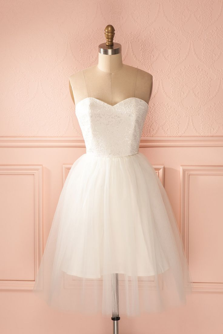 Maintenant que la danseuse étoile est sur scène, le ballet de l'amour peut commencer. Now that the prima ballerina is on stage, the love ballet may begin. Jordan de Ruiter White lace and tulle bustier dress www.1861.ca