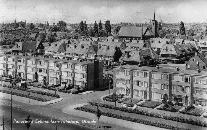 Eykmanlaan 1964: Panorama over de wijk Tuindorp met de op Tuindorpkerk v.d Protestante Gemeente