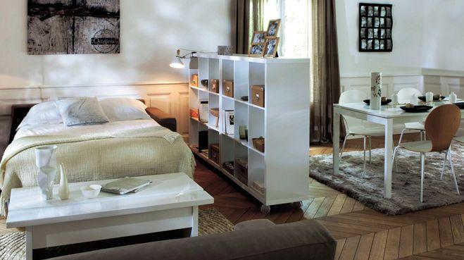 Vivre dans un studio, attribuer la seule chambre aux enfants ou manquer de place pour ajouter un coin sommeil : les raisons qui nous poussent à installer un lit dans le séjour sont nombreuses, autant que les solutions répondant à cette contrainte. En voici 10 à chiper.
