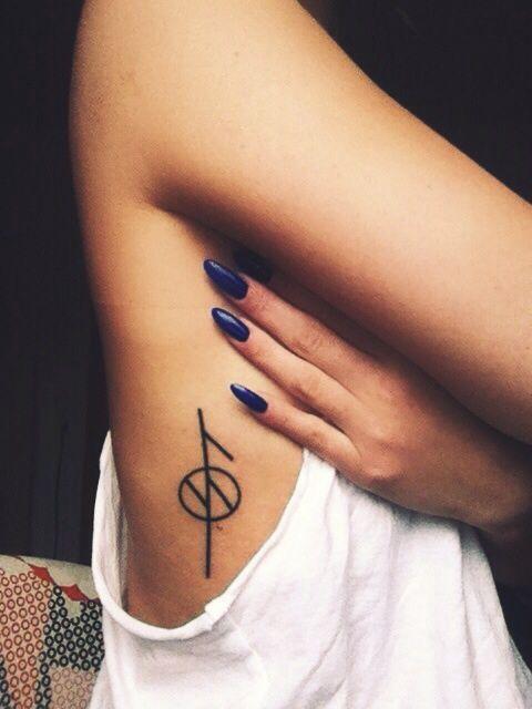 Tatuajes en las costillas que elevarán tu nivel de sensualidad