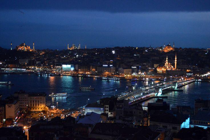 Die Silhouetten des Topkapi-Palastes, der Hagia Sophia und der Blauen Moschee erleuchten den Himmel. Der Bosporus wird zum dunklen Band, dahinter die Lichter des asiatischen Istanbul. Ein fast magischer Anblick, ideal um sich in die Nacht treiben zu lassen.......…..mehr unter: http://welt-sehenerleben.de/Archive/4014/istanbul-metropole-am-bosporus/ #Türkei #Istanbul #Moschee #Reisen #Urlaub #Sonne