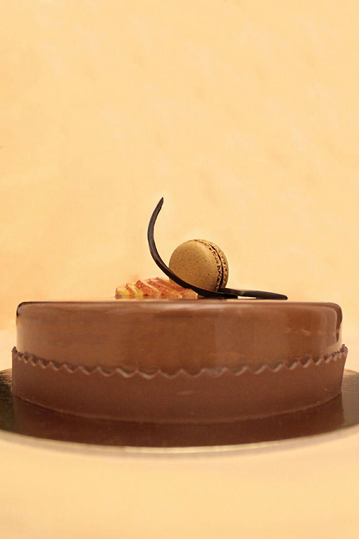 Mousse al cioccolato fondente con inserto al mango, gelatina al maracuja e glassa al cioccolato al latte.