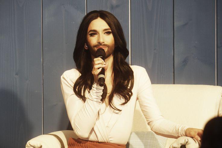 Gestern, am 17. April 2015 am frühen Nachmittag traf Conchita Wurst bei Facebook Deutschland, mit Sitz in Hamburg, ein. Wir waren mit dabei. --- http://www.eurovision-austria.com/de/moin-moin-conchita/ ---------------------------------- #esc #vienna #BuildingBridges #eurovision #austria #Conchita ---------------------------------- Mehr Eurovision-News auf: http://www.eurovision-austria.com/