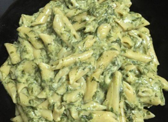 Ingredientes: Aceite de oliva, Cebolla mediana, Espinacas descongeladas y escurridas, Macarrones, Crema de leche (o nata líquida para cocinar) 1 brick...